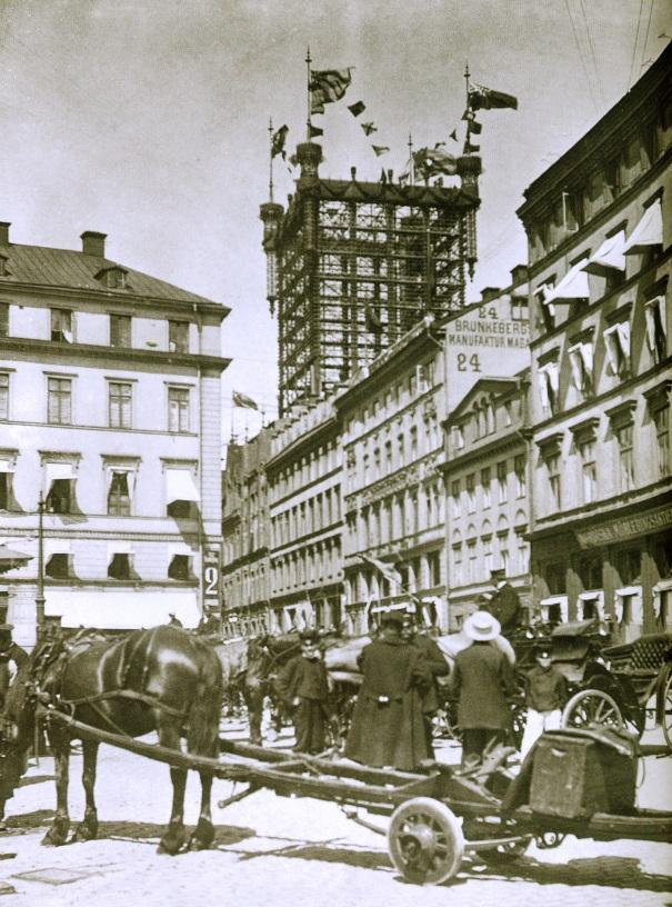 Torre de Teléfonos desde la Plaza de Brunkerbergstorg entorno a 1915 en Estocolmo ya fuera de servicio. Foto archivo histórico de Ericsson.