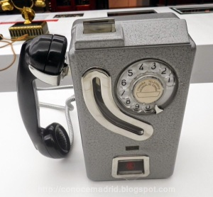 Teléfono de uso público (modelo 5536-M). Este tipo se utilizó primero con fichas y posteriormente con pesetas.