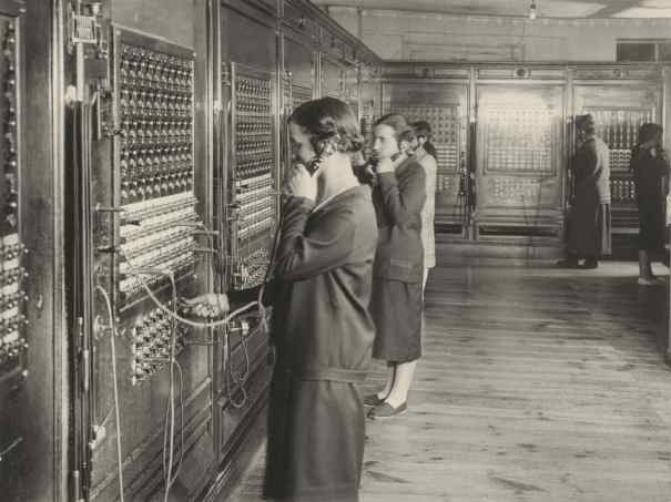 Telefonistas de pie. Cuadro de Vitoria. Archivo Fundación Telefonica.