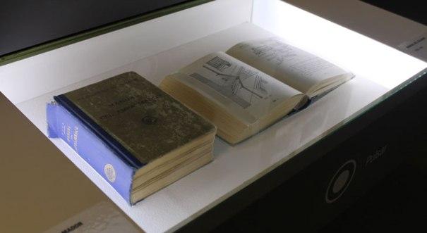 """Manuales """"Empalmador y Celador"""" Expo """"Rarezas de Colección"""" Espacio Fundación Telefónica. Foto de su web."""