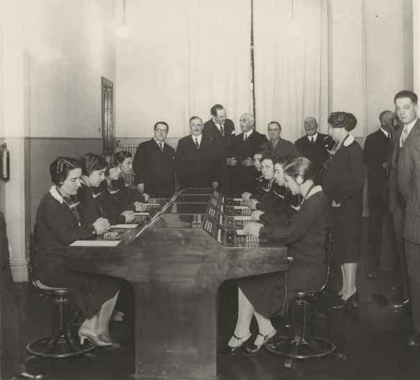 """Bilbao. El Alcalde viendo funcionar la Mesa de Posición """"Semi-B"""" de enlace entre Bilbao y Las Arenas. Diciembre 1928. (foto fundación Telefónica R-03737_1)"""