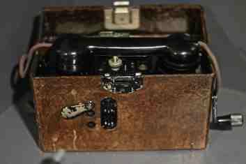 """Teléfono de Campaña Alemán FELDERNSPRECHE T 33 """"negrillo"""". Siemens&Halske 1938. Museo del Ejercito Toledo (MUE-42570)"""