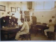 Antigua foto taller de reparación equipos de transmisiones. Finales siglo XIX-principio del XX