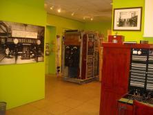 Museo Didáctico de las Telecomunicaciones de La Coruña. En la foto se aprecia una central manual y al fondo una maqueta del sistema Rotary