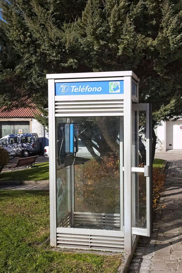 https://upload.wikimedia.org/wikipedia/commons/0/05/Cabina_Telefonica_-_Negreira_-_01.jpg