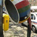 """Teléfono público tipo marquesina con forma de """"Berimbao"""" (instrumento musical) en Salvador de Bahia. Foto Luis Miguel"""