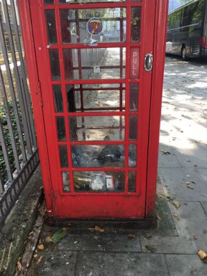 Cabina londinense tristemente empleada como basurero. Foto Javier.