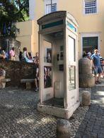 Cabina portuguesa en la entrada del castillo de S. Jorge en Lisboa. Sin puerta y de curioso color. Foto Andrés julio 2018.