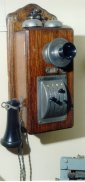 Teléfono de pared sistema Lorimer con pulsadores de marcación (previo al disco). Sobre 1903. Foto web http://jean.godi.free.fr