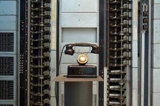 Rotary 7D con uno de los primeros modelos de teléfono de disco