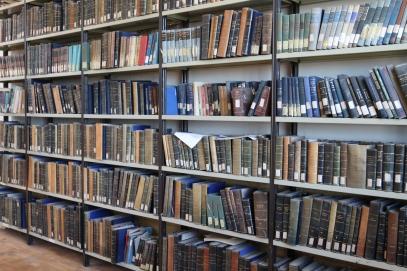 Viejos libros técnicos olvidados en polvorientos almacenes...