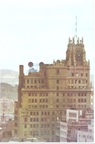 Vista desde el Norte del edificio de G. Via. Se observan las parábolas de radioenlace. Memoria CTNE 1972.