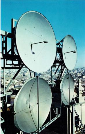 Parabolas en el edificio de Madrid/Gran Vía. Memoria CTNE 1969.