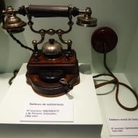 Teléfono sobre mesa Ericsson. 1900-1940. Nº inventario 1986/006/0737 MUNCYT.